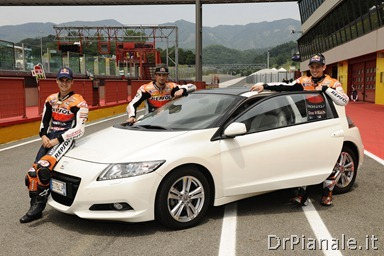 15439_Honda_CR-Z,_the_worldÆs_first_sporty_hybrid,_promoted_by_HRC_stars