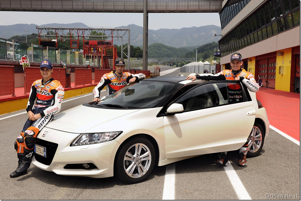 15440_Honda_CR-Z,_the_worldÆs_first_sporty_hybrid,_promoted_by_HRC_stars